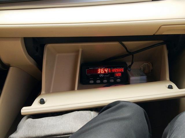Kiểm tra đồng hồ trước khi xe Hà Nội - Bắc Ninh
